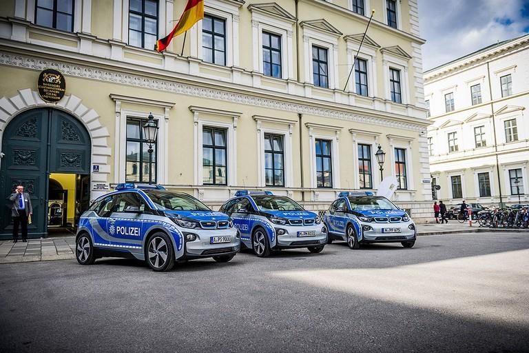Name:  Polizei-Einsatz     Autos-im-Polizei-Einsatz-1200x800-2a908a06f95ddb7c.jpg Views: 340 Size:  160.5 KB